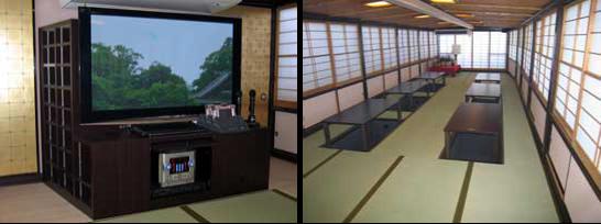 左側:50インチの大画面液晶ディスプレイとカラオケ。右側:客室内を船尾側から撮影。