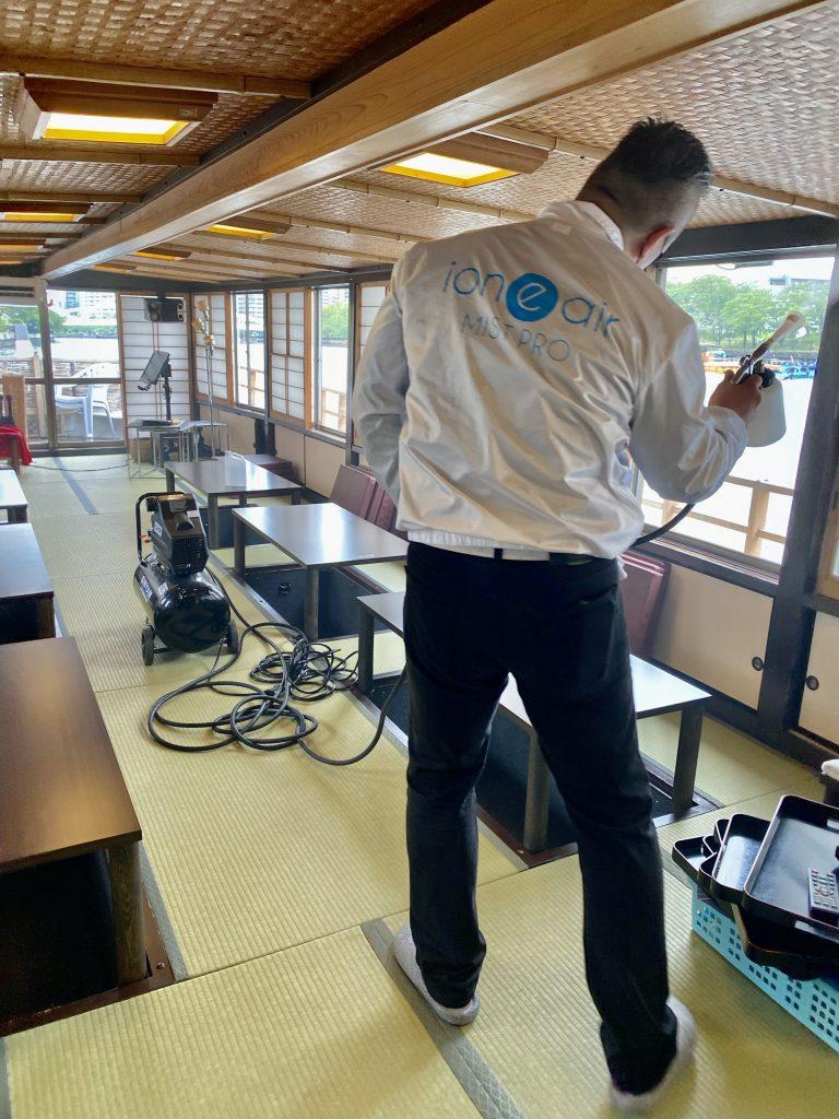 船室内に光触媒コーティングを施行中の画像