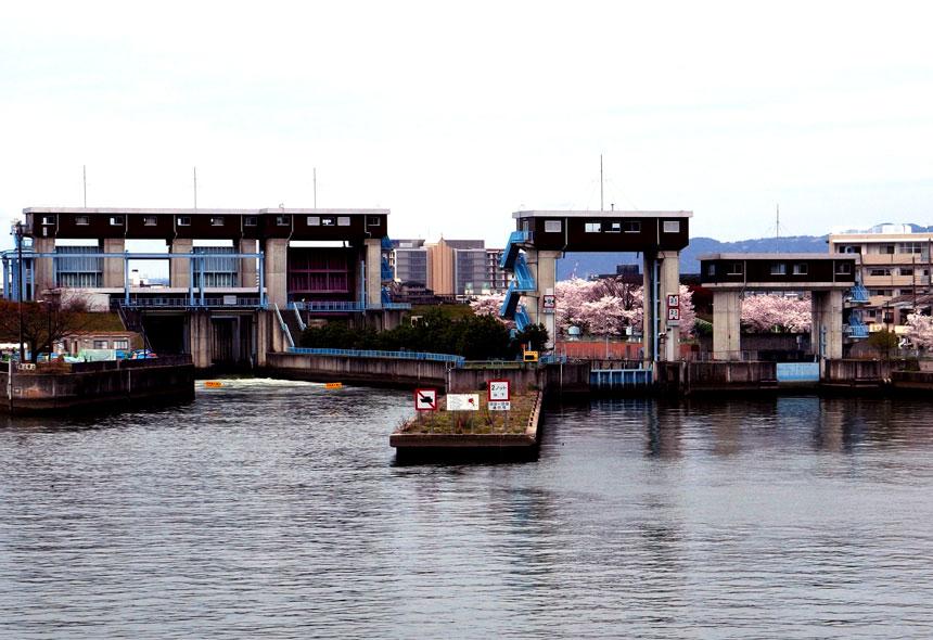 毛馬水門。左から毛馬水門、毛馬閘門、予備閘門。Wikipediaより転載。Photo:Mc681。ライセンス:CC BY-SA 4.0